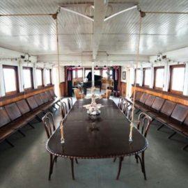 Η τραπεζαρία του πλοίου, που θυμίζει την πρώτη του πολυτελή περίοδο