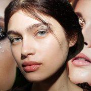 Στα βλέφαρα υπάρχει μια μεταλλική γυαλάδα σε κάθε μορφή. Το glitter, τα φύλλα χρυσού και οι μεταλλικές υφές, φοριούνται στα μάτια από το πρωί μέχρι το βράδυ