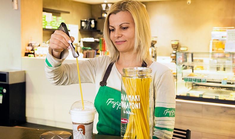 Ένας παγωμένος καφές από τον Γρηγόρη που ρουφάμε αυτή τη φορά με ένα καλαμάκι-μακαρόνι και αποχαιρετάμε την παλιά συνήθεια με το πλαστικό, συμμετέχοντας στην προστασία του περιβάλλοντος. (φωτογραφία: Χάρης Παπαδημητρακόπουλος)