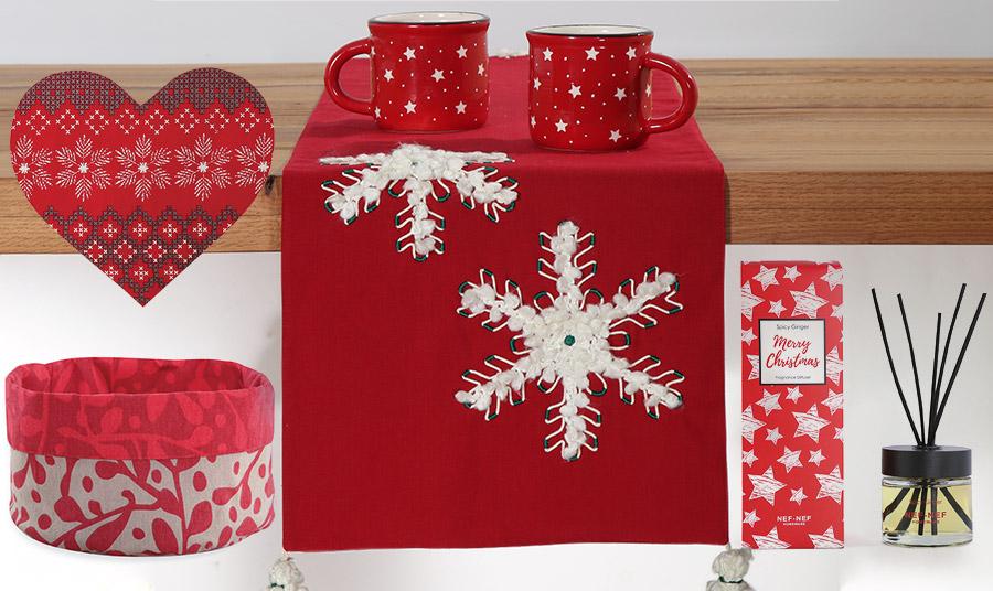Όλα στα… κόκκινα! Ένα σουπλά σε σχήμα καρδιάς, ένα γιορτινό καλαθάκι για ψωμί, ένα ράνερ με κεντημένες χιονονιφάδες, συνθέτουν το σκηνικό! Ενώ το αρωματικό στικ με χριστουγεννιάτικη ευωδιά spicy ginger θα αρωματίσει κατάλληλα τον χώρο σας!