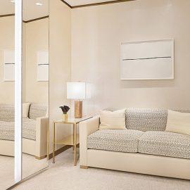Οι χώροι λούζονται στο φυσικό φως, ενώ η λάμψη τονίζεται από τη χρήση του λευκού και τριών αποχρώσεων του μπεζ σε συνδυασμό με το μαύρο, το χρυσό και τις μεταλλικές νότες