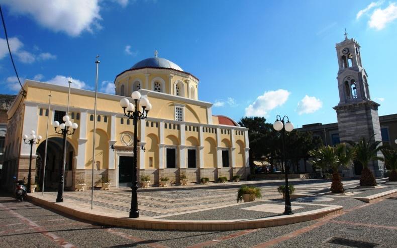 Στην εκκλησία του Χριστού Σωτήρος, θαυμάστε το περίτεχνο, μαρμάρινο τέμπλο του Τήνιου γλύπτη Γιαννούλη Χαλεπά