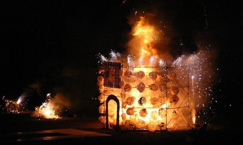 Το «Κάψιμο των Ρολογιών», στο Μπράιτον όπου όλοι όσοι συμμετέχουν θα κάψουν τα χάρτινα φαναράκια τους σε μια τεράστια φωτιά πάνω στην παραλία της πόλης