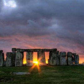 Το Stonehenge φιλοξενεί έναν από τους μεγαλύτερους και πιο διάσημους εορτασμούς του καλοκαιρινού και του χειμερινού ηλιοστασίου