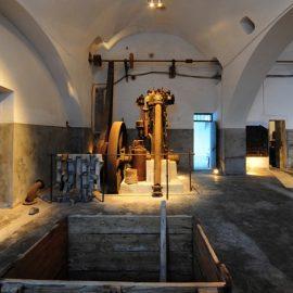 Η περιήγηση στο μουσείο μας δίνει την ευκαιρία να γνωρίσουμε μέσα από μαγνητοσκοπημένες αφηγήσεις των ανθρώπων που εργάστηκαν στο εργοστάσιο τις ενδιαφέρουσες ιστορίες τους