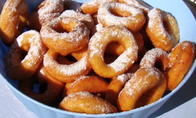 Το πολωνικό Πάζκι σημαίνει «μικρό πακέτο», με γέμιση μαρμελάδα, κομπόστα ή γλυκό του κουταλιού