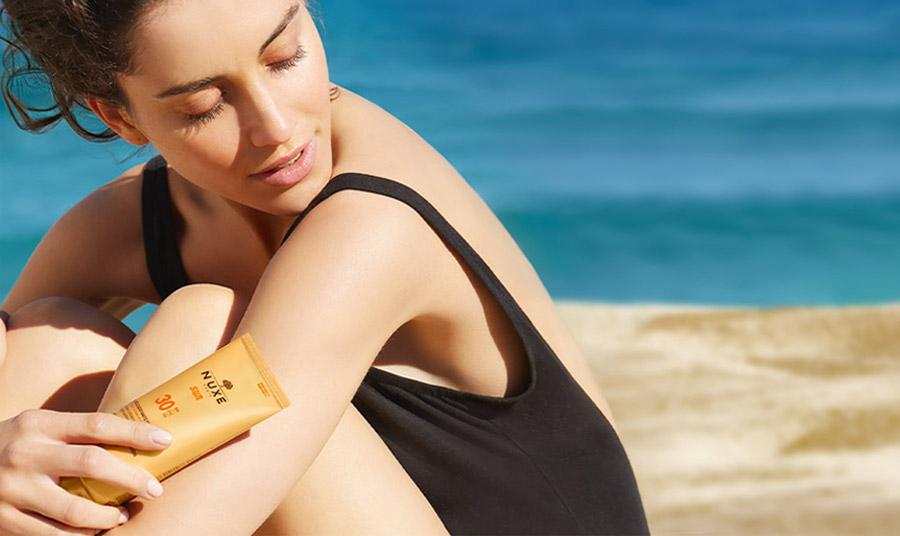 Η Νuxe συμβουλεύει να ανανεώνετε τακτικά το αντηλιακό σας, ειδικά μετά από σωματική άσκηση, το κολύμπι ή το σκούπισμα. Η μη εφαρμογή επαρκούς ποσότητας, μπορεί να μειώσει σημαντικά το επίπεδο της προστασίας από τον ήλιο