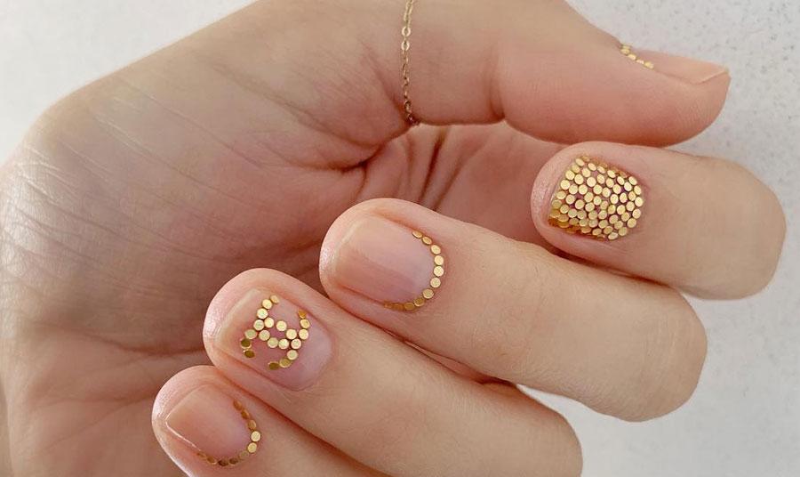 Χρησιμοποιείστε μικρά στρας σε χρυσό πάνω σε ένα άχρωμο βερνίκι. Θα προσθέσουν μία μεταλλική λάμψη στα νύχια σας, μίνιμαλ αλλά διαχρονικό και όμορφο μανικιούρ