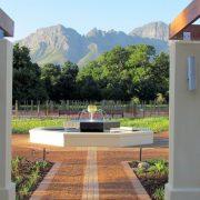 Το οινοποιείο Vergelegen με τους θαυμάσιους κήπους και φόντο το άγριο τοπίο των βουνών της Νότιας Αφρικής