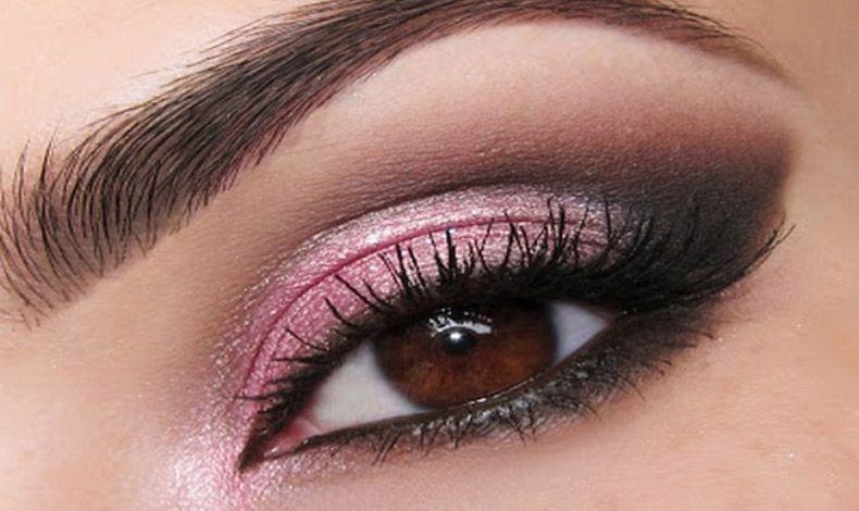 Μία λαμπερή ή περλέ ροζ σκιά χαρίζει αυτόματα φως και λάμψη στο βλέμμα μας