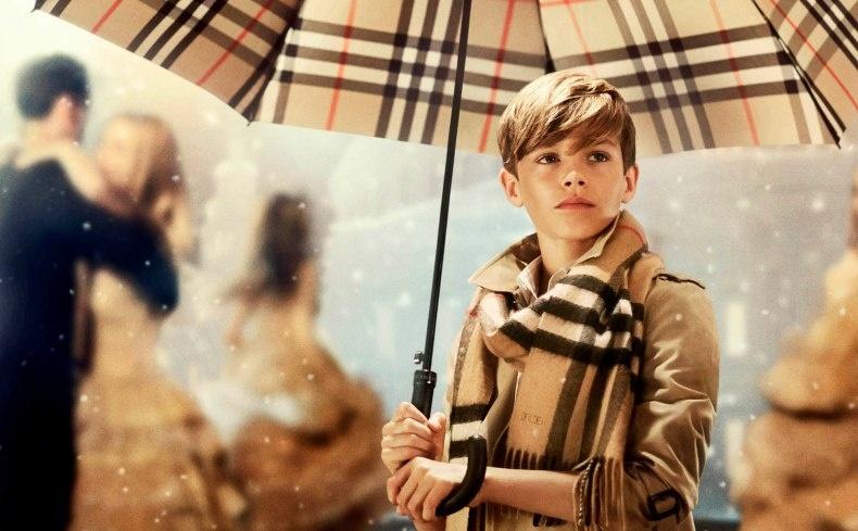 O Romeo Beckham με ομπρέλα Burberry σε διαφημιστικό σποτ του οίκου