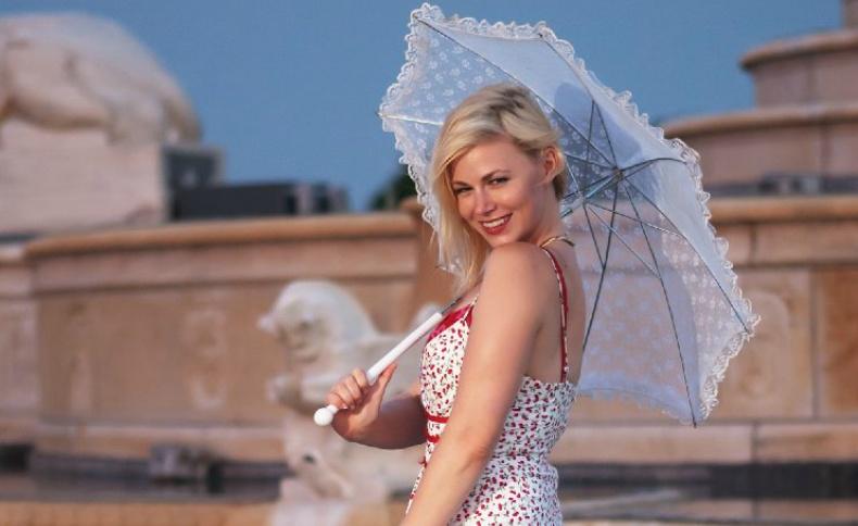 Η Jessica Cameron με δαντελένια ομπρέλα