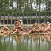 Ένα από τα εκπληκτικής τέχνης σιντριβάνια στους κήπους των Βερσαλλιών