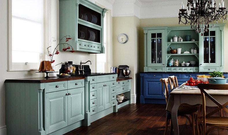 Τολμήστε ακόμη και έναν εντυπωσιακό πολυέλαιο στον χώρο της κουζίνας