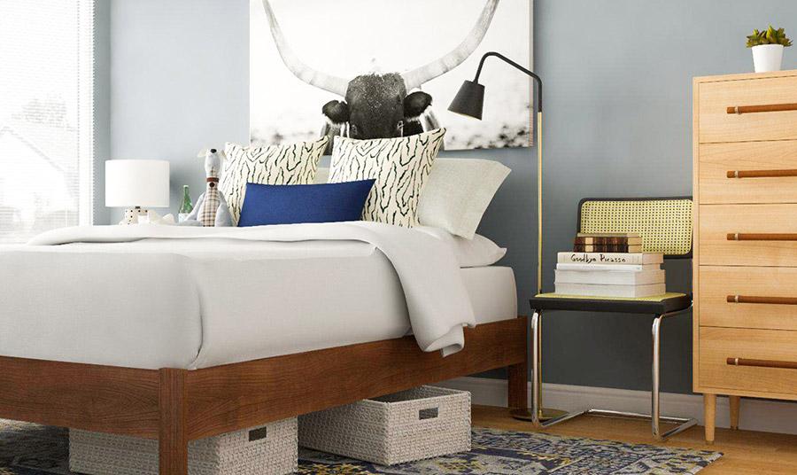 Σε μια μικρότερη κρεβατοκάμαρα, μπορούμε να τοποθετήσουμε καλάθια κάτω από το κρεβάτι μας για να αποθηκεύσουμε ρούχα και αξεσουάρ που δεν φοράμε τόσο συχνά