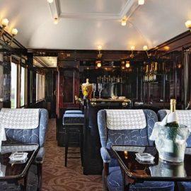 Οι καλύτερες σαμπάνιες δίνουν ραντεβού στο εξειδικευμένο μπαρ του τρένου που διαθέτει αρ ντεκό διακόσμηση και Lalique κρύσταλλα