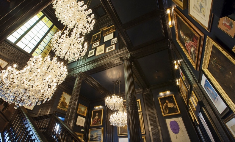 Έργα τέχνης που προέρχονται από συλλογές από ολόκληρο τον κόσμο στους χώρους του ξενοδοχείου
