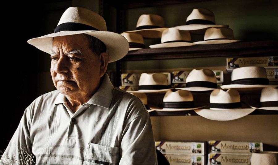 Τεχνίτης στην πόλη Montecristi, όπου κατασκευάζονται αυθεντικά καπέλα Παναμά