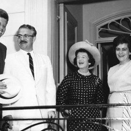 O Τζον Κέννεντι στην Πρεσβεία του Εκουαδόρ με τον Πρόεδρο της χώρας και καπέλο που δεν φόρεσε ποτέ (1962)