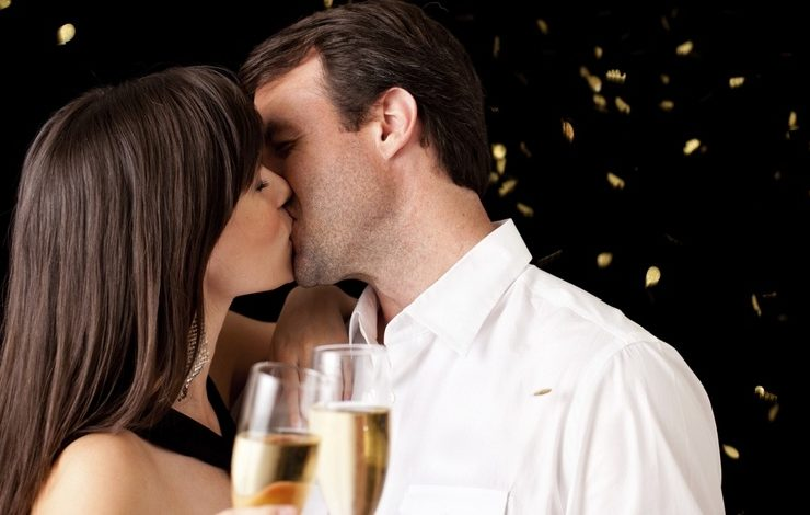 Παραμονή Πρωτοχρονιάς: Ένα φιλί με πολλή σημασία!