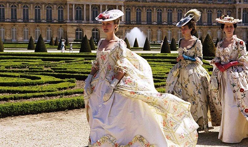 Από την ταινία «Αντουανέτα», με την Κίρστεν Νταρστ στον πρωταγωνιστικό ρόλο, τα πλούσια φορέματα με γραμμές που αντιστοιχούν στα ρούχα της εποχής, πραγματική δαντέλα του 18ου αιώνα και πρωτότυπα χρώματα