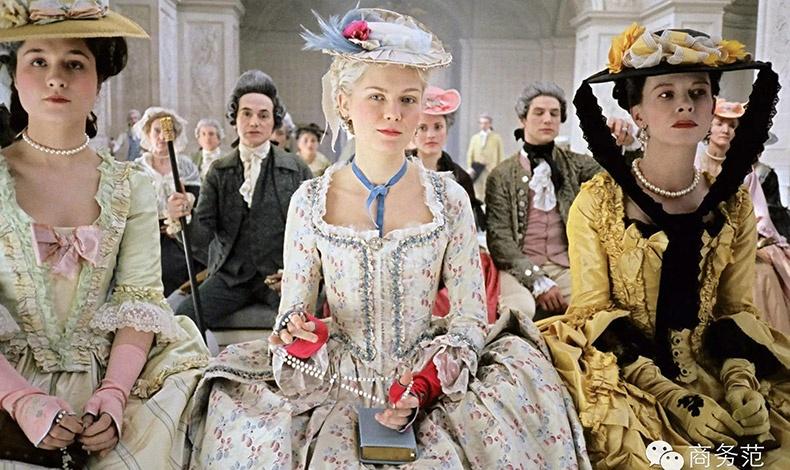 Η βραβευμένη με Όσκαρ για τα κουστούμια της ταινίας «Αντουανέτα» Μιλένα Κανονέρο, δημιούργησε φορέματα που εντυπωσιάζουν