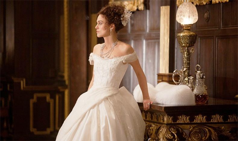 Η ενδυματολόγος Ζακλίν Ντουράν ντύνει την «Άννα Καρένινα» Κίρα Νάιτλι με υπέροχα φορέματα εποχής, όπως αυτή η λευκή τουαλέτα