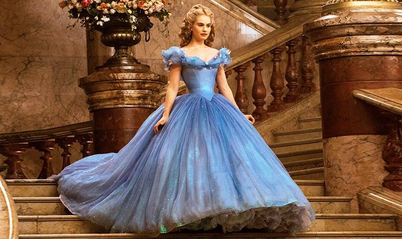Η ενδυματολόγος Σάντι Πάουελ εμπνεύστηκε από τον 19ο αιώνα αλλά και την μόδα του '50, για το μαγικό γαλάζιο φόρεμα της «Σταχτοπούτας»