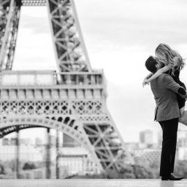 Κάτω από τον Πύργο του Άιφελ, δώστε ένα ρομαντικό ή παθιασμένο φιλί Tο Παρίσι είναι τέλειο για να ζήσετε ένα υπέροχο ρομάντσο, για να σαγηνεύσετε το αγαπημένο σας πρόσωπο