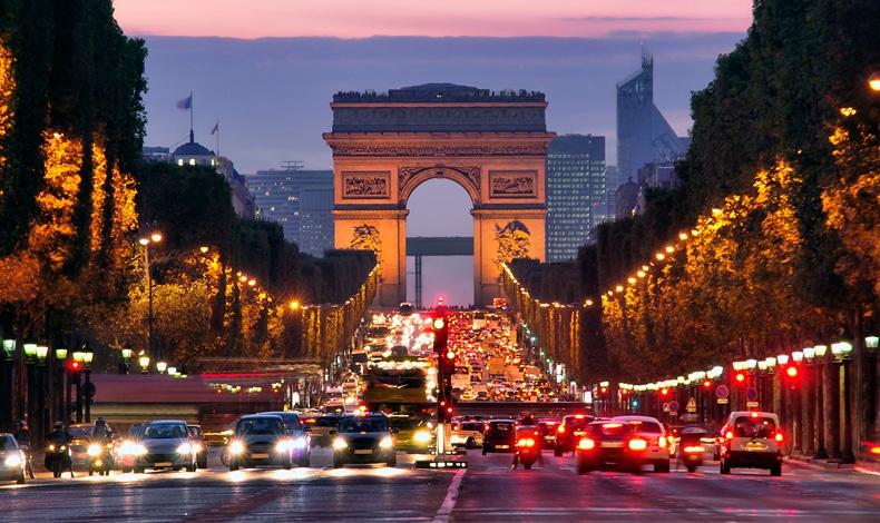 Η Πόλη του Φωτός η νύχτα πέφτει στη διάσημη λεωφόρο Champs Elysees