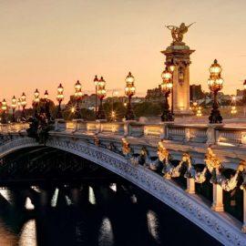 Η γέφυρα Alexandre III φωτισμένη το δειλινό, ποια ρομαντική ψυχή μπορεί να αντισταθεί σε αυτή την ομορφιά;