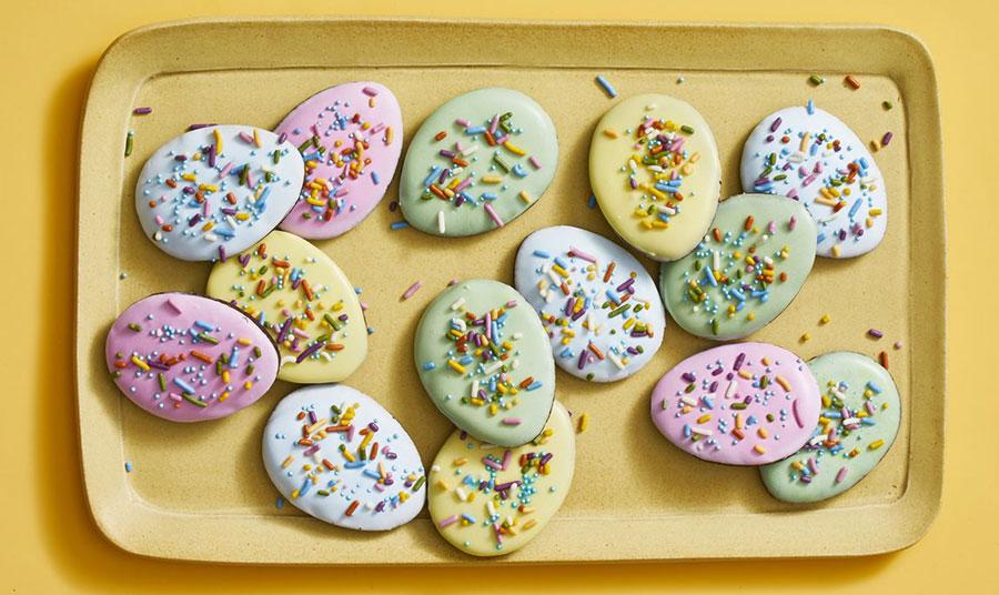 Πασχαλινά μπισκότα με παστέλ γλάσο και ζαχαρωτά