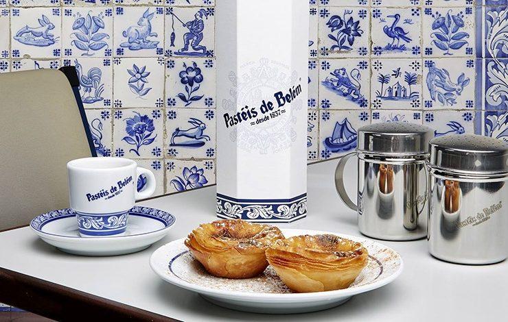 Τα ταρτάκια του είναι απλά θεϊκά! Οι περισσότεροι πασπαλίζουν λίγη κανέλα και ζάχαρη άχνη πριν δαγκώσουν την πρώτη μπουκιά και πιουν μία γουλιά καφέ (που στην Πορτογαλία έχει το άρωμα? της Βραζιλίας!).