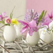 Τα κελύφη από τα αβγά μπορούν να μετατραπούν σε χαριτωμένα βαζάκια, με μικρά λεπτεπίλεπτα λουλούδια. Τα «βάζα» μπορούν να τοποθετηθούν σε ένα στεφάνι ή πάνω σε πρασινάδα