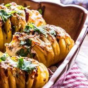 Πατάτες γεμιστές με μπέικον, λουκάνικο, κρεμμύδι και κασέρι