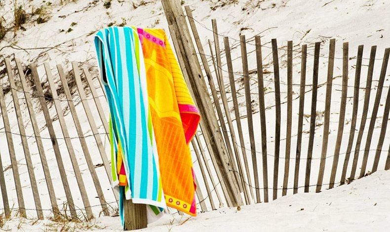 Για να απαλλαγείτε από την άμμο στην πετσέτα, τινάξτε την πολύ καλά και πλύντε την με ζεστό σαπουνόνερο
