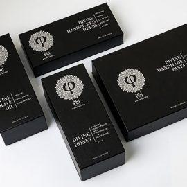 Τα προϊόντα παρουσιάζονται σε πολυτελή κουτιά, τα οποία θα μπορούσαν να γίνουν κατάλληλο δώρο σε πολλές περιστάσεις