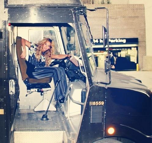 Η Beyonce με σύνολο του σχεδιαστή (Instagram)