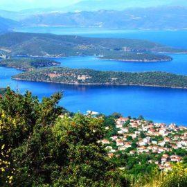 Η υπέροχη θέα από το γραφικό χωριό Λαύκος πνιγμένο στο πράσινο και τα γαλανά νερά του Παγασητικού