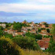 Το παραδοσιακό χωριό προσφέρει πολλές εκδοχές για βόλτες στο βουνό και πρόσβαση στη θάλασσα