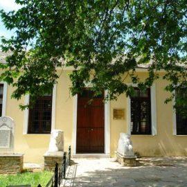 Το Φάμπειο Μουσείο στην πλατεία του Λαύκου, με έργα του ντόπιου γλύπτη Θανάση Φάμπα