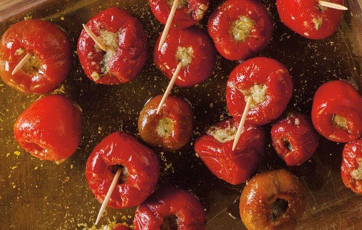 Κόκκινες πιπεριές γεμιστές με τόνο