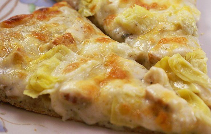 Πίτσα με κοτόπουλο και λευκή σάλτσα