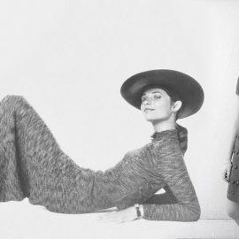 Η Σαρλότ Ράμπλινγκ παραδίδει μαθήματα στιλ με το μάξι πλεκτό της φόρεμα, καπέλο και λουστρίνι μπότες από τη δεκαετία του '70 // Η Φρανσουάζ Αρντί με μίνι πλεκτό φόρεμα από τα τέλη του '60
