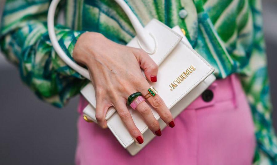 Φορέστε πολλά μαζί δαχτυλίδια με χρώμα