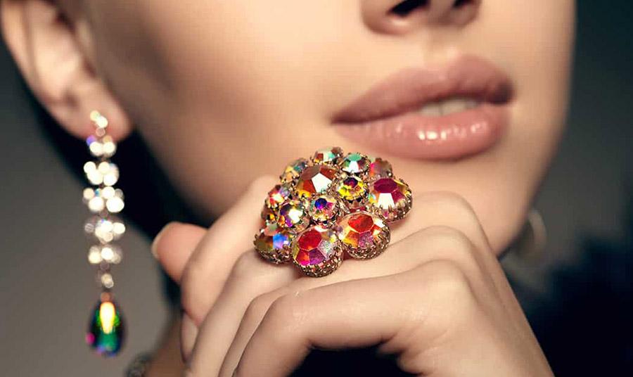 Επιλέξτε ένα μεγάλο και εντυπωσιακό δαχτυλίδι με πολύχρωμες πέτρες για να τονίσετε το στιλ σας