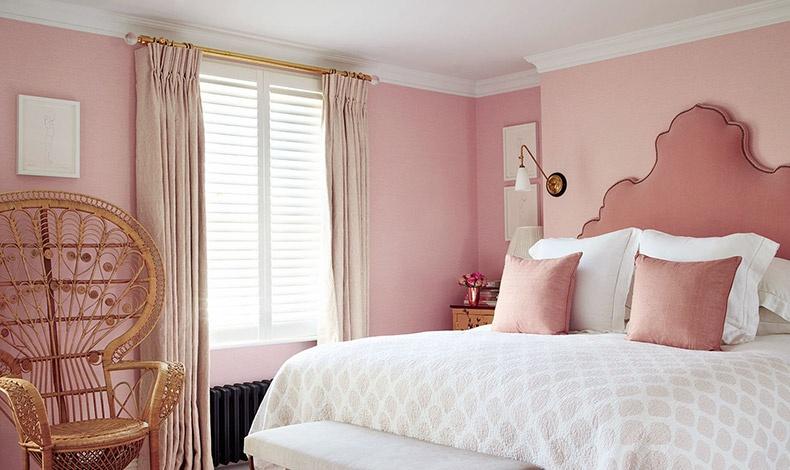 Το αγαπημένο δωμάτιο της Poppy, η ροζ κρεβατοκάμαρα! Το κρεβάτι με ταπετσαρισμένο κεφαλάρι και μία ασιατικής έμπνευσης καλοκαιρινή πολυθρόνα