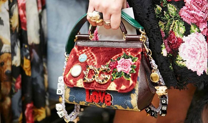 Πώς κρατάτε την τσάντα σας; Τον λόγο έχει η ψυχολογία!