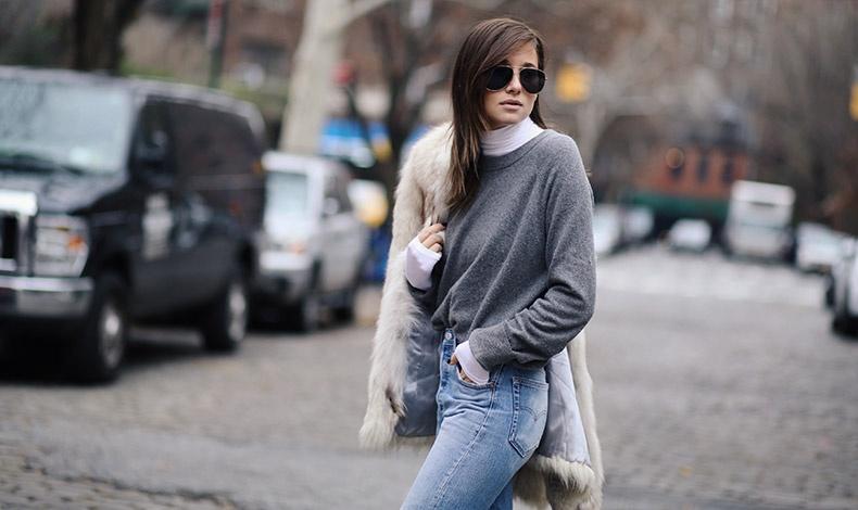 Ένα ελαφρύ πουλόβερ ή κολεγιακό αναδεικνύεται καλύτερα με ένα ζιβάγκο από μέσα