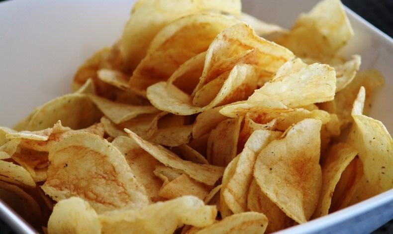 Τα σνακς, όπως τα τσιπς, είναι γεμάτα λιπαρά
